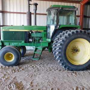 Lot 47: 1990 JD 4955 Tractor side view