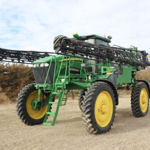 Lot 34: 2008 JD 4730 Sprayer front view