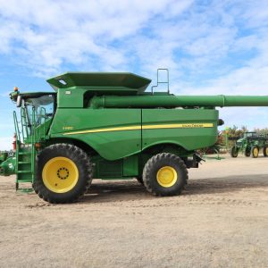 Lot 40: 2015 JD S680 Combine side view