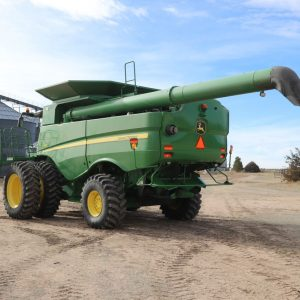 Lot 40: 2015 JD S680 Combine rear view